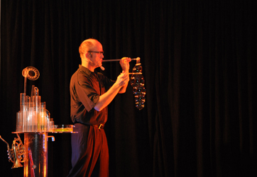 Schorsch Bross als Seifenblasenkuenstler zeigt Seifenblasen im Krallerhof